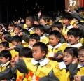 日本首相宣布:10月起儿童初中之前学费全免,看病全免